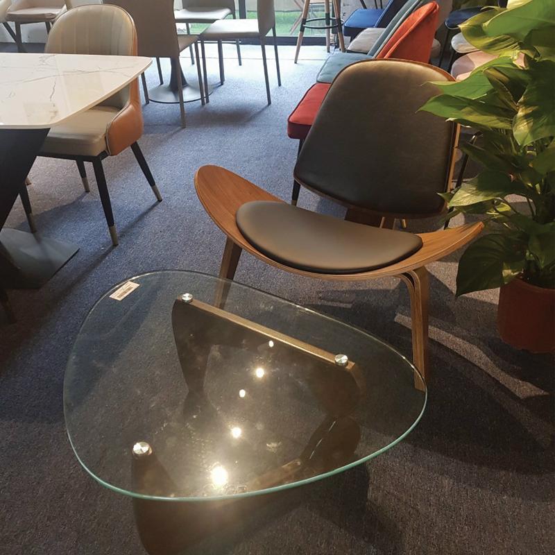 Ghế Shell kết hợp với bàn sofa mặt kính