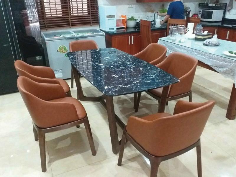 Bộ ghế với mặt bàn ăn đá đen