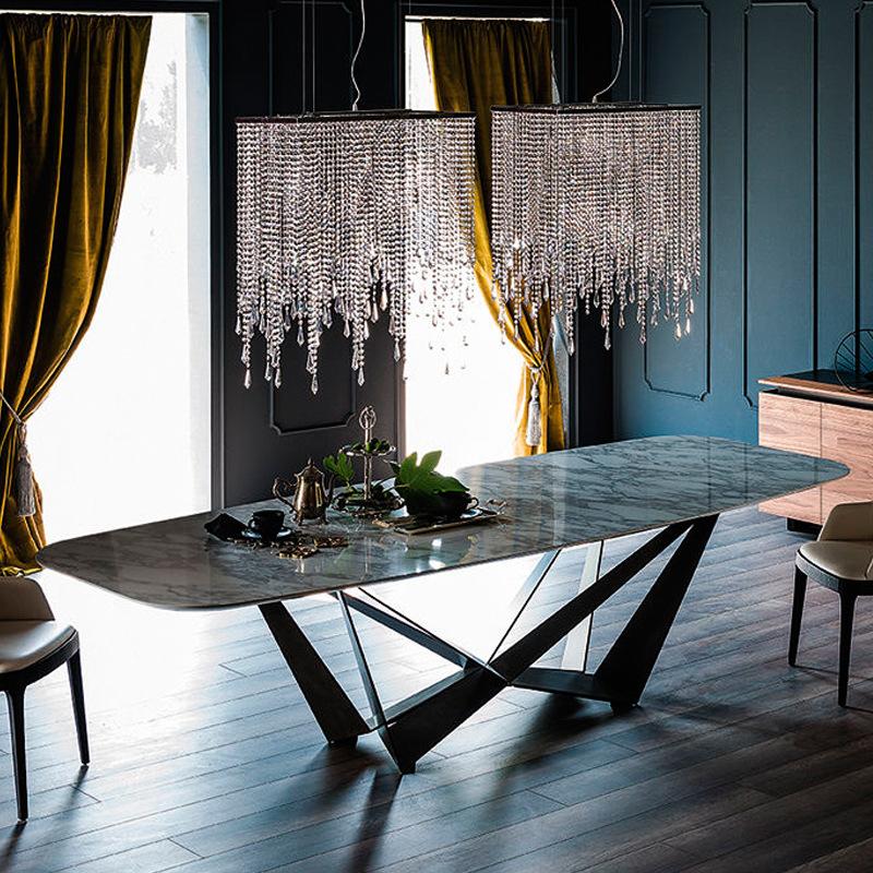 thiết kế mặt bàn ăn với mặt đá đen vân mây