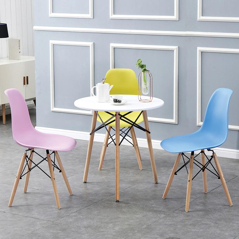 Bàn màu trắng ghế màu hồng, xanh, vàng