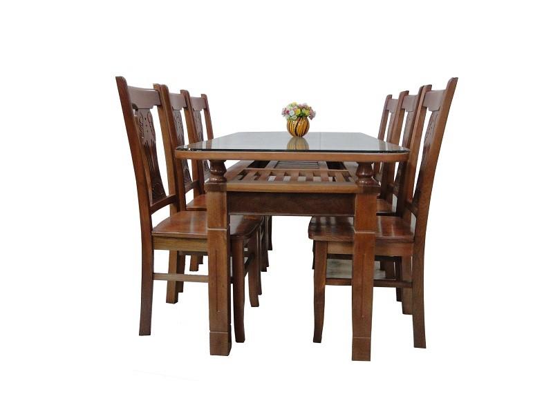 Bàn ăn bằng gỗ tự nhiên được nhiều gia đình ưa thích.